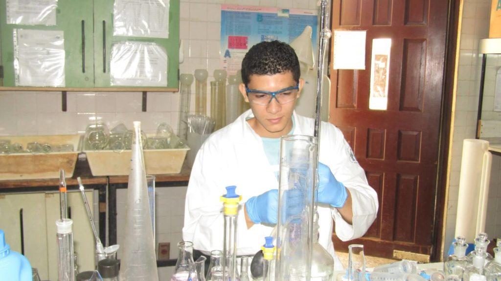Estudiantes realizan prácticas de familiarización y especialización en laboratorios del CIRA/UNAN-Managua.